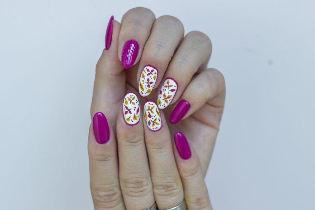 jesienne liście na paznokciach